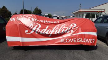A Mi Hazánk blokáddal tiltakozik a Coca-Cola dunaharaszti telephelyénél