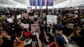 Megbénították a hongkongi repteret, leállt a kimenő forgalom