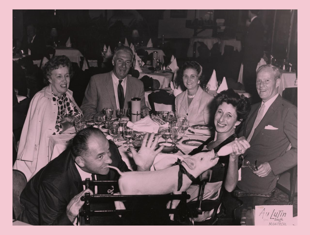 Szinte minden képen tizedik sorozatában a montreali Au Lutin Qui Bouffe étterem malacokat cumiztató vendégeiről készült fényképek kaptak a helyet. A hagyományt egy helyi fotós, Jean-Paul Cuerrier indította el még 1938-ban, és ő készítette az összes felvételt 1973-ig bezárólag.  A fotókat  Michel Campeau gyűjtötte össze, miután rájött, nemcsak édesanyjáról készült olyan fotó, amin kezéből cumiztatja a nyakában piros szalagos kisállatot.