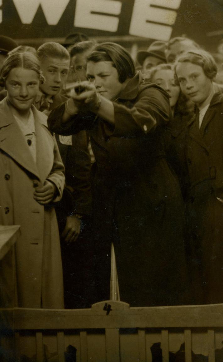Szinte minden képen #7 egy holland nő, Ria van Dijk története egy vásári céllövölde szemszögéből. Az első kép 1936-ban készült,amikor van Dijk 16 éves. Utána minden évben készült róla egy ilyen fotó. A képek eredetijét egy neves művészeti múzeum is megvásárolta, a hölgy az összeget pedig arra a költötte, hogy annak az idősek otthonának lakóival, ahol ő is él, jókat egyenek és kiránduljanak.