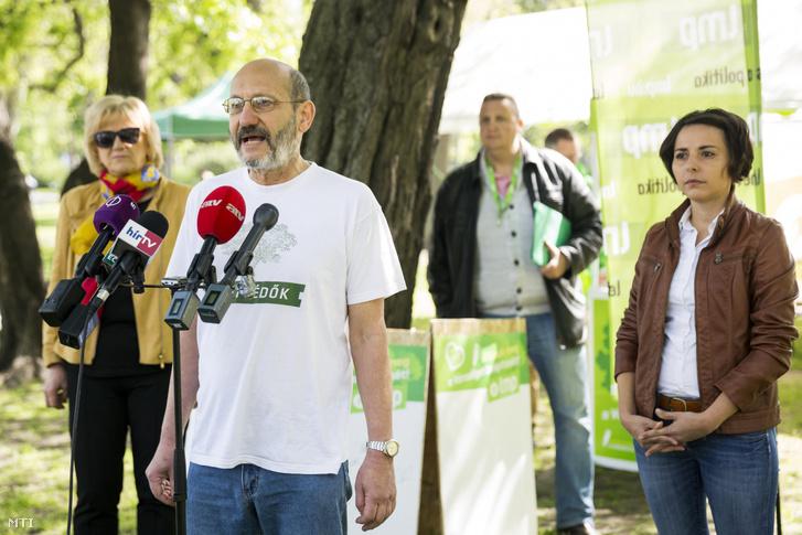 Schmuck Erzsébet, az LMP parlamenti frakcióvezető-helyettese, Moldován László VII. kerületi LMP-s képviselő, a párt ligettel kapcsolatos népszavazási kérdésének benyújtója és Jancsó Andrea országos elnökségi tag, az LMP IX. kerületi önkormányzati képviselője (b-j) a Lehet Más a Politika (LMP) sajtótájékoztatóján a Városligetben 2017. május 1-jén.