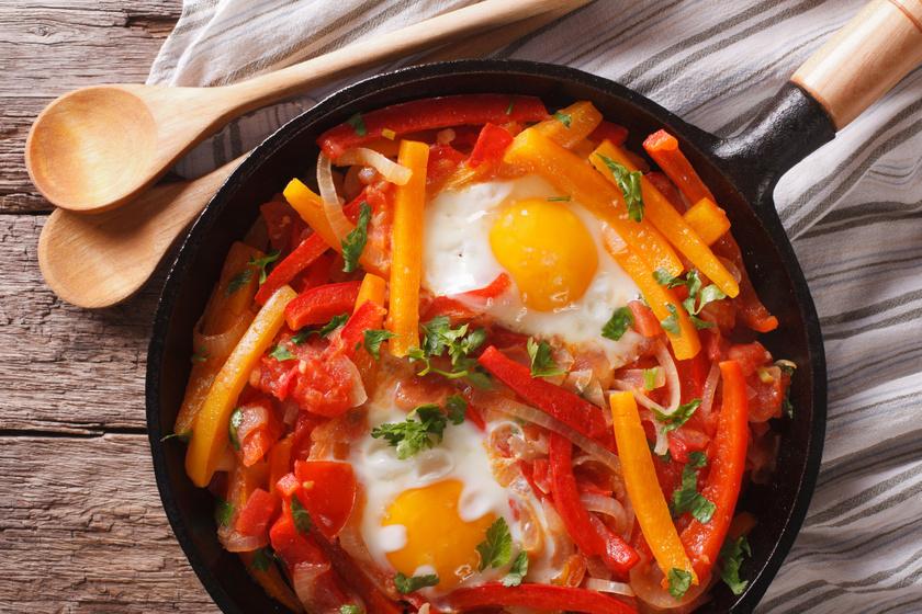 Piperade, vagyis lecsó nagyon paprikásan, tojással: majdnem olyan, mint a miénk