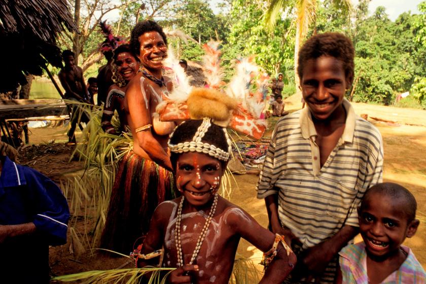 A Pápua Új-Guineában élő sepik törzs tagjai már nemcsak hagyományos öltözetükben jelentek meg, de egy sima póló is feltűnik a képen.
