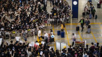 Kedden is több száz repülőjáratot töröltek Hongkongban