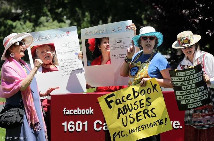 A Facebook széháza előtti demonstráció hívja segítségül az Szövetségi Kereskedelmi Hatóságot, hogy nyomozzanak a Facebook adatvédelmi előírásaival kapcsolatban 2010. június 4-én.