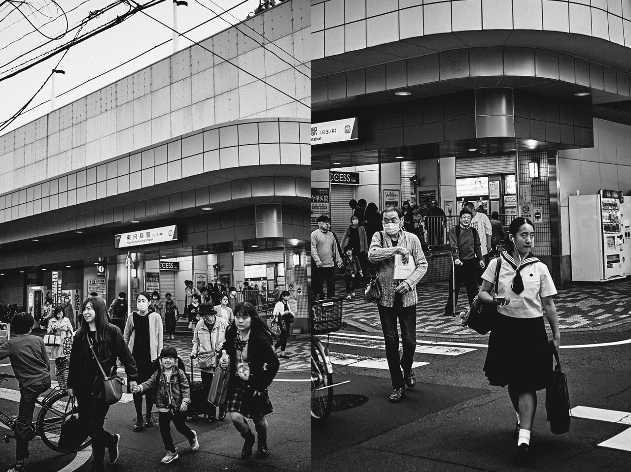"""""""Amire viszont számítottam, be is következett, vagyis hogy eleinte nagyon tartottak tőlem, attól, hogy fényképeket készítek róluk. Kellett egy kommunikációs eszköz, ami ezt a fajta falat lebontja, mert fontos volt számomra, hogy úgy dokumentáljam az embereket egyrészt, ahogy lehetőségem van látni, megpillantani őket, s ugyanakkor volt koncepcióm is, mert a metrómegálló egy bizonyos terében akartam fényképezni, minimális beavatkozással. A harmadik naptól egy helyi tolmács segítette a munkámat, aki közvetítette feléjük, mit is szeretnék. Fontos volt, hogy az alanyok önmaguk maradjanak, és ezt a bizalmi viszonyt a fotózást előtti párbeszéd keszítette elő. Az idő is fontos faktor volt, mert nem állt rendelkezésemre sok belőle egy olyan köztéren, ahol mindenki rohanó tempóban halad."""""""