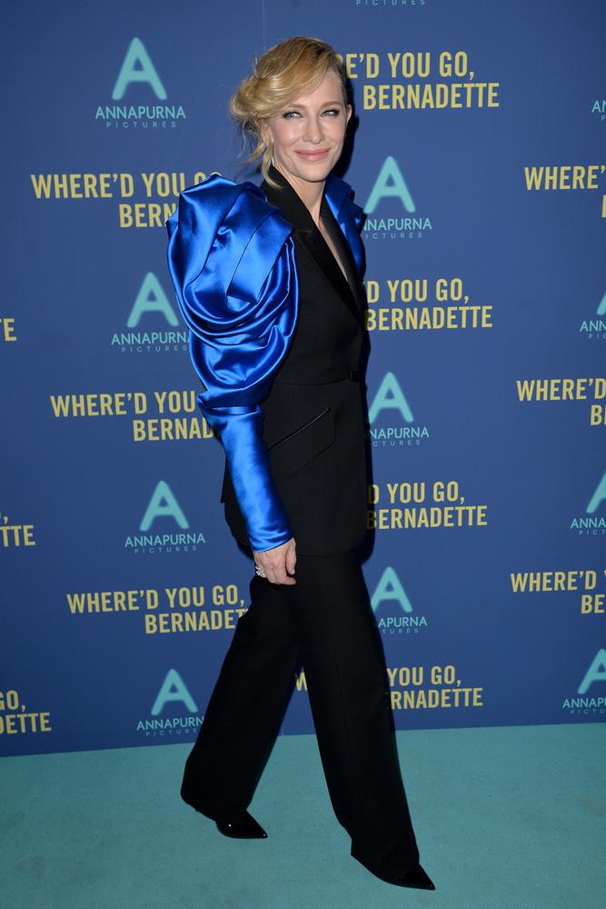 Hiába a kék színű sajtófal és a kék ruhaujj, ilyen hatalmas vállakkal lehetetlen, hogy ne akadjon meg mindenki figyelme Cate Blanchetten