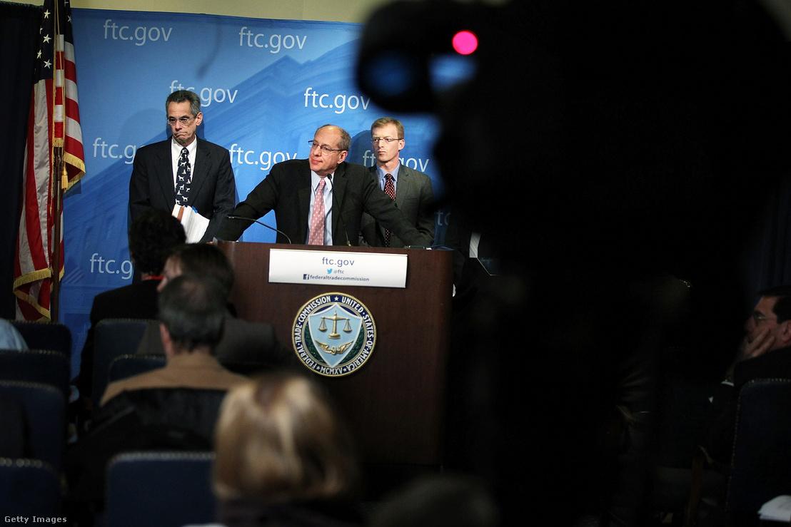 Az FTC volt elnöke, Jon Leibowitz beszél egy sajtótájékoztatón a Hatóság Google-t érintő 21 hónapig tartó nyomozásáról 2013. január 3-án. A vizsgálat eredményeként született megállapodásban a Google ígéretet tesz, hogy a versenytársak felé elérhetőbbé teszi a hirdetési piacot és nagyobb teret enged más keresőmotoroknak az online térben.