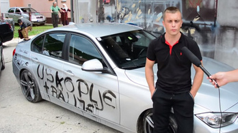 A saját BMW-jét is összefirkálta uszító felirattal, majd kiállt a média elé szomorkodni