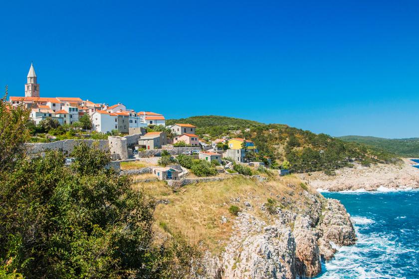 A Krk-sziget keleti oldalán fekszik Vrbnik. Az ország legnagyobb szigete nemcsak hajóval, de az északi csücskében, Omišalj városon át közúton is megközelíthető. Sőt, itt található Rijeka repülőtere is.