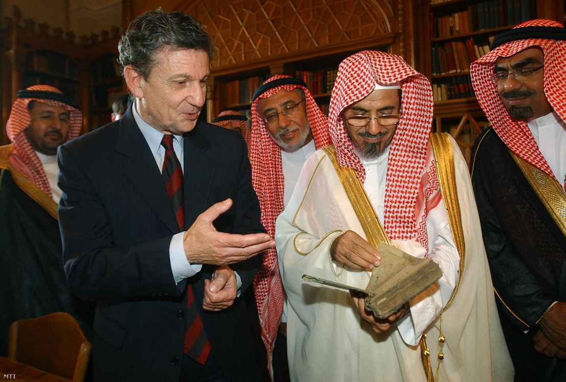 Miklós Maróth (left) and the Speaker of Saudi Arabia's Majlis al Shura (parliament), Sheik Salih bin Abdullah al Humaid (right) visiting the East collection of the Hungarian Academy of Sciences on 23 September 2003.