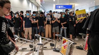 Megint nem szállhatnak fel gépek a hongkongi reptérről