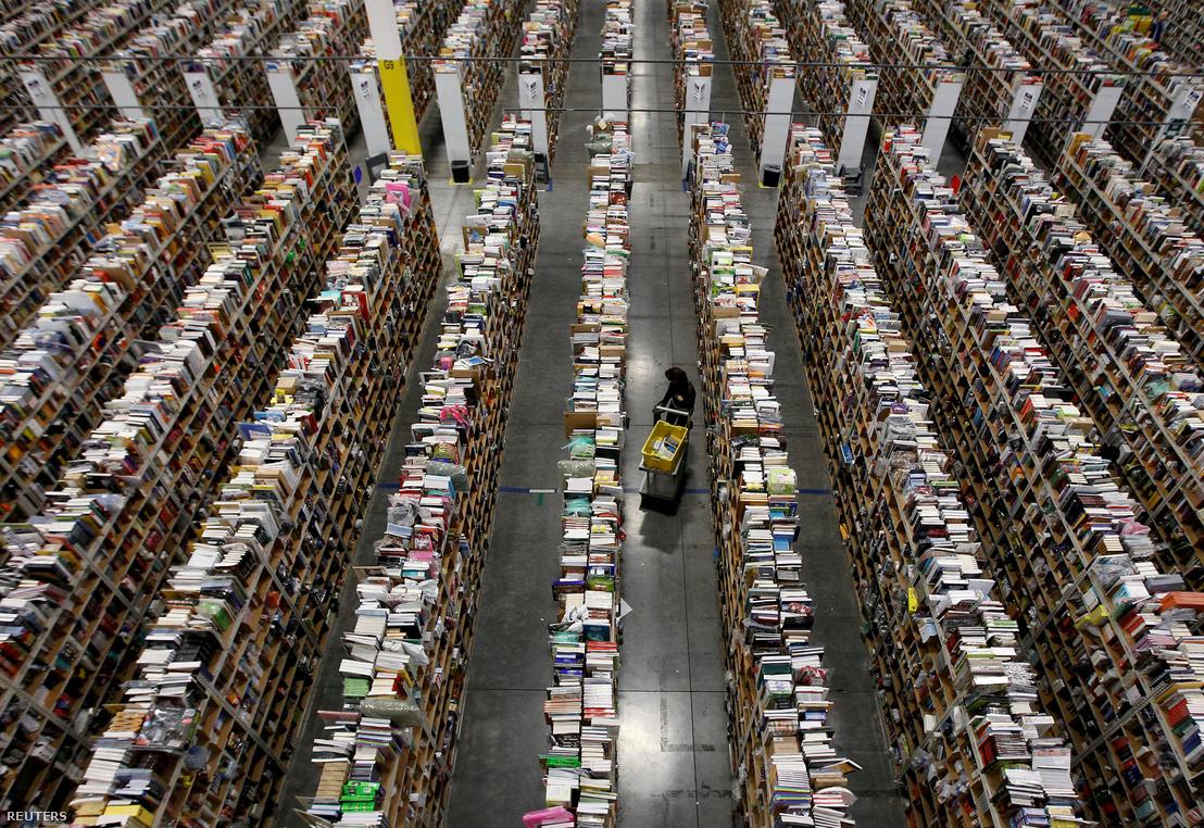 Kiszállításhoz gyűjti egy dolgozó a termékeket az Amazon phoenix-i elosztóközpontjában