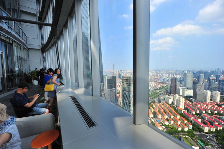 A shanghai-i látkép egyszerre lélegzetelállítóan színes és modern