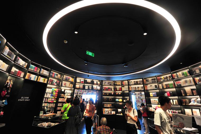 Természetesen a látkép mellett a beltérre is nagy figyelmet fordítottak a bolt tulajdonosai, ugyanis a kellemes, világos falak ölelte helyiségek mellett egy olyan termet is megálmodtak, ahol az olvasni vágyók egy fekete, körfénnyel megvilágított térben élvezhetik a könyvek illatát
