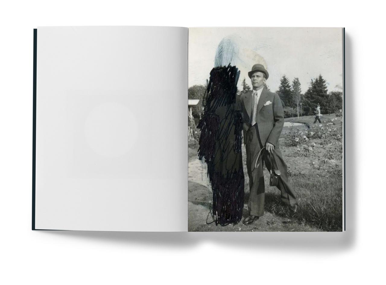 A Szinte minden képen tizenötödik kötetében a Hórusz Alapítvány gyűjteményéből készült képekkel találkozhatunk. Ennek főszereplője egy férfi, akinek - Erik Kessels feltételezése szerint - egy korábbi partnerét minden képről kisatírozta egy féltékeny feleség. A szeretet és a gyűlölet játéka ez - mondta.