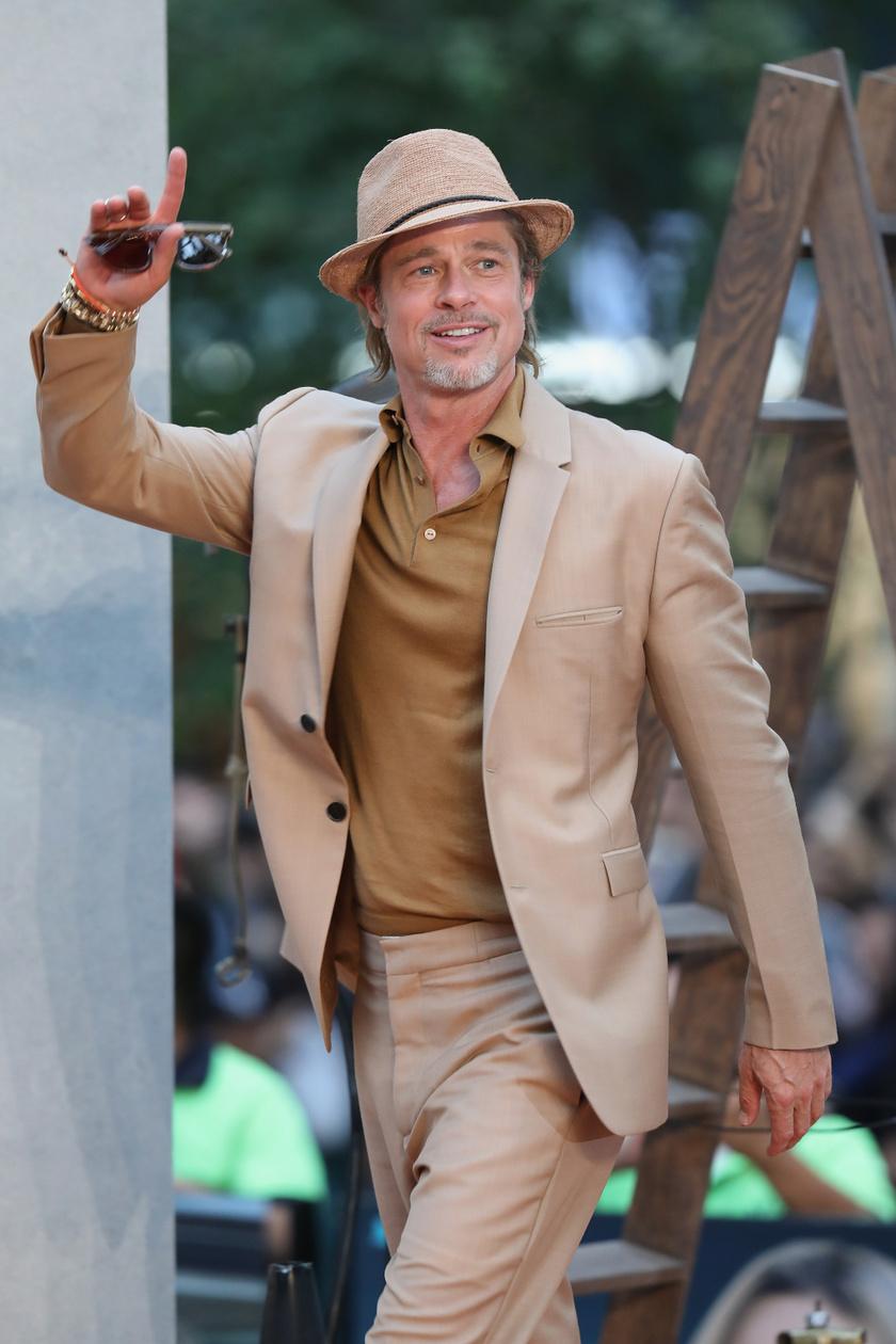 Brad Pitt remekül nézett ki ebben a homokszínű öltönyben - ahogy a jó bor, úgy ő is a korral nemesedik, neki még az ősz szakáll is jól áll!