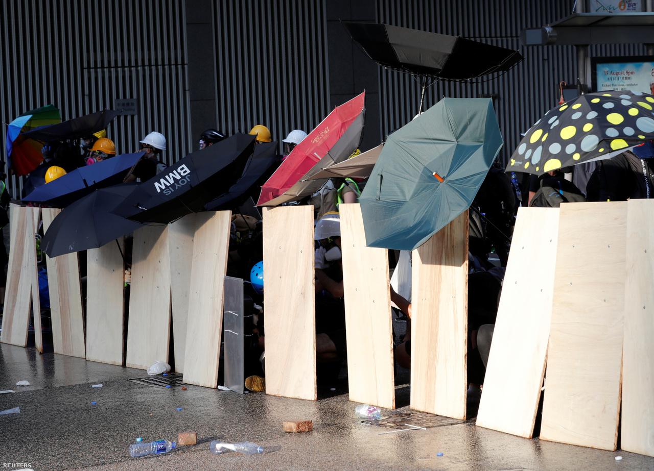 Fa lapokkal és kifordított esernyőkkel sorakoztak fel a tüntetők a hongkongi kormányzat épületénél. Most már egyszerre akár 8-9 helyszínen is nekikezdenek a tüntetésnek, ezeket a közösségi médiában egyeztetik. Az esernyők nem sokat érnek a gumilövedékek ellen, ezért próbálkoztak szétszerelt aktatáskákból, vagy éppen vasalódeszkákból is pajzsokat gyártani. Képeken olyan is látszott, aki viszont rögtön Amerika Kapitány pajzsának replikájával ment a tüntetésre. Görkorcsolyázáshoz, motorozáshoz, jégkoronghoz vagy pedig amerikai futballhoz használt védőfelszerelések is fel-feltűntek.