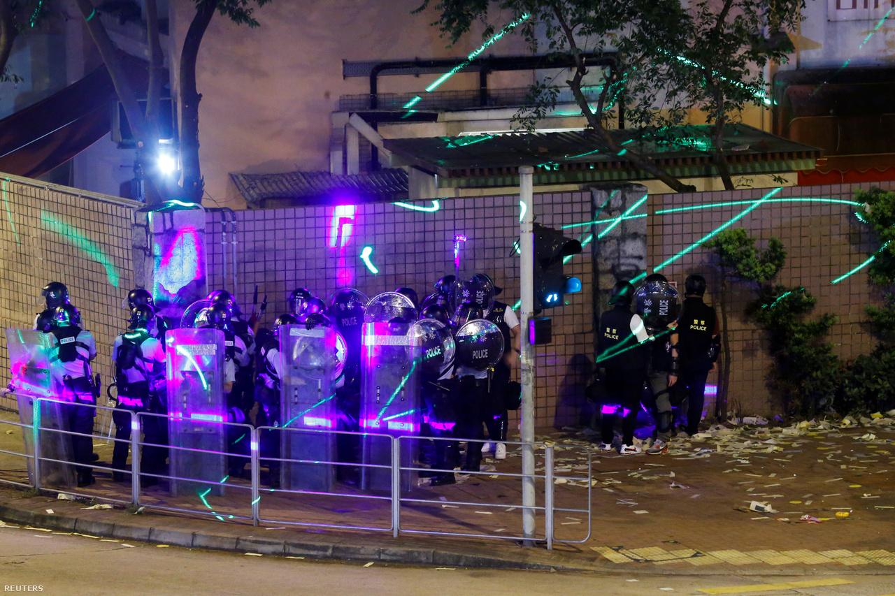 A tüntetők lézerfényekkel zavarják a rendőröket, de a térfigyelőket is előszeretettel veszik célba. A rendőrök rendszeresen megállítják és átkutatják a tüntetőket esetleges veszélyes eszközök után kutatva. Nemrég azért vettek őrizetbe egy diákot, mert tíz lézerpointert vett, és azzal vádolták, hogy támadó fegyvereket birtokolt. Később elengedték. A hatóságok azzal érvelnek, hogy a júliusban új taktikaként előkerült szándékos lézerpointerezéssel megsérthetik a rendőrök szemét, és megrongálhatják a kamerákat. A rendőrök közül pont ennek elkerülésére vannak, akik fényvédő fóliát ragasztottak a rohamsisakjukra. Olyan is volt azonban, amikor a rendőrök erős reflektorokkal válaszoltak a lézerpointerekre.