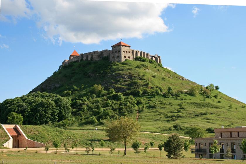 A sümegi vár a Balaton-felvidék nyugati szélén áll egy pici, magányos várdombon. A 13. századi várban sok programot is szerveznek a nyáron, a környékén pedig több vendéglő található, így érdemes meglátogatni.