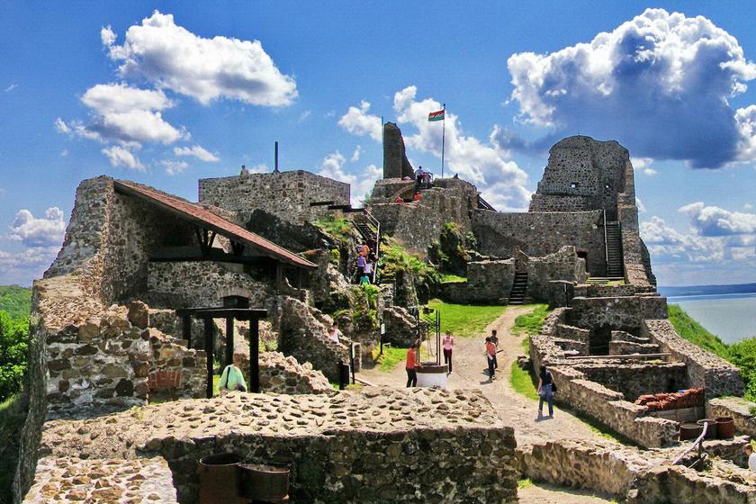 Mesebeli várak a Balatonnál: lenyűgöző világba kalauzolják el a látogatókat