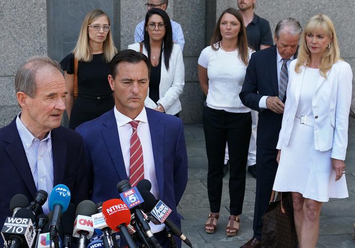 David Boies (b) és Brad Edwards (j) ügyvédek az állítólagos áldozatokkal, Annie Farmer (b - fekete ruha) és a Courtney Wild (j - fehér ing / fekete nadrág) mellett az Egyesült Államok Szövetségi Bíróságán, New York City-ben, 2019. július 15-én.