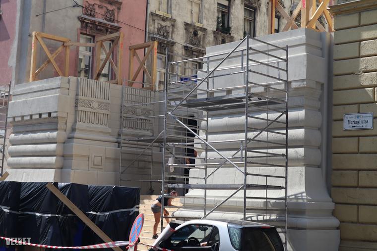 Az itt épülő díszlet a Marek József utcát torlaszolja el, a jobb oldalon táblán látszik, hogy a Murányi utca sarkánál van az ideiglenes építmény.