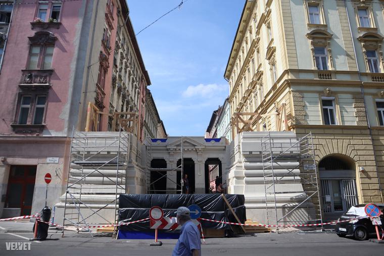 Az építmény ebben a formájában eléggé egy diadalívre, vagy egy klasszicista épület homlokzatára emlékeztet.