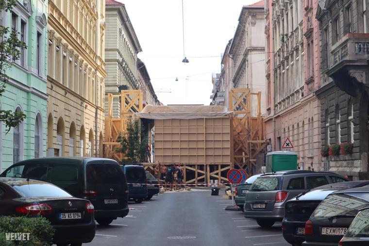 Íme a díszlet hátrulról, a Hernád utca felől fotózva