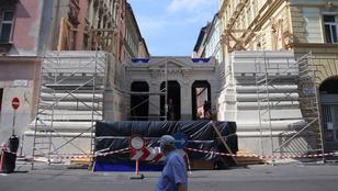 Diadalívszerűség torlaszolja el a Marek József utcát: filmet fognak forgatni