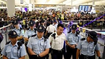 Megrohanták a rendőrök a hongkongi repteret