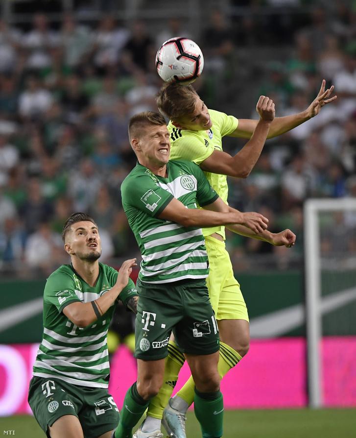 Michal Skvarka (b) és Sigér Dávid a Ferencváros valamint Dani Olmo a horvát csapat játékosa
