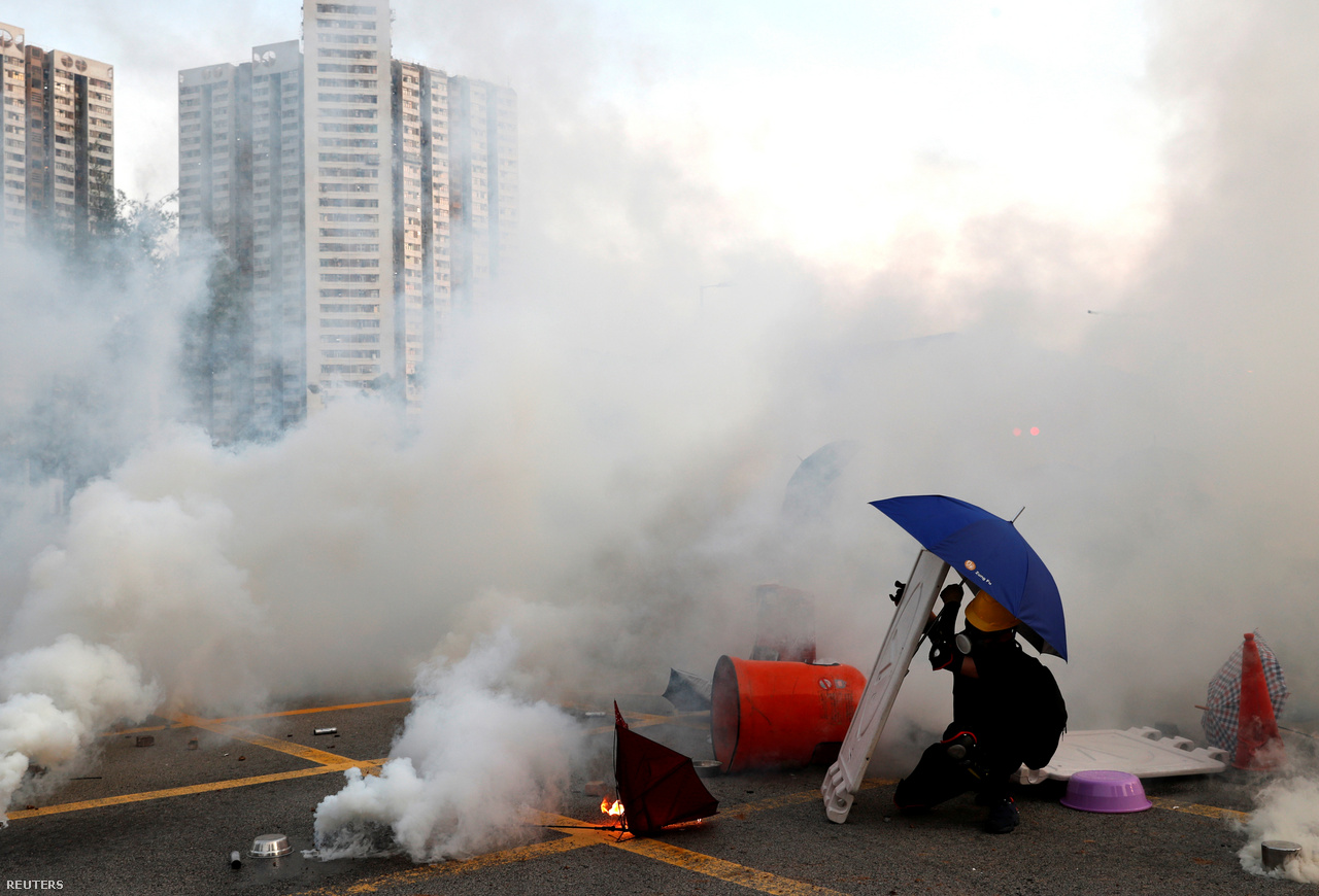 A könnygázfelhőben is kitartó tüntető kukatetővel, és a még a 2014-es tüntetések jelképévé váló, azóta is elmaradhatatlan esernyővel augusztus 5-én. A különböző légzőkészülékek és a gázmaszkok forgalma megugrott az elmúlt hetekben, hiszen ezzel lehet a leginkább védekezni a most már folyamatosan bevetett könnygáz ellen. Korábban nem igen nyúltak ehhez az eszközhöz, de a rendőrök június 12-én vetettek be először könnygázt az őket dobáló, sok százezresre becsült tömeg ellen. A Washington Post szerint azóta több mint 1800 adat könnygázt használtak már.