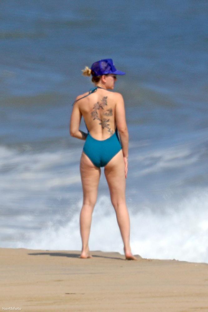 Ha ön már régesrég jól tudja, hogy Scarlett Johansson hátán van egy hatalmas tetoválás, akkor könnyen lehet, hogy túl sok újdonságot nem tartalmaznak ezek a képek az ön számára.