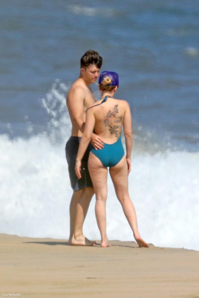 A pár eltöltött pár romantikus percet az elég elhagyatottnak tűnő strandon.