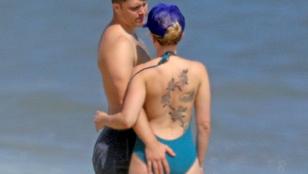 Itt egy jó alkalom, hogy rendesen megnézze Scarlett Johansson háttetoválását