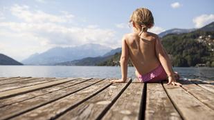 Kell-e bikinifelső egy óvodás kislányra a strandon? Most kiderül!