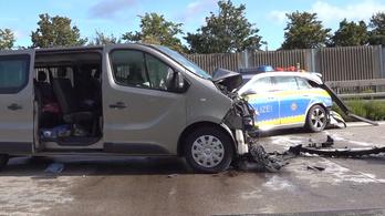 Magyar utasaival rohant bele egy álló rendőrautóba egy kisbusz Németországban