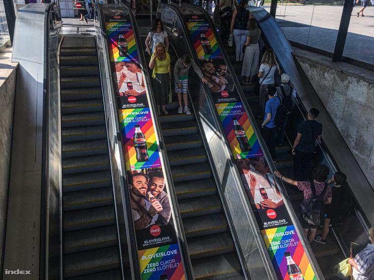 A Coca-Cola kampányának plakátjai a Batthyány téren