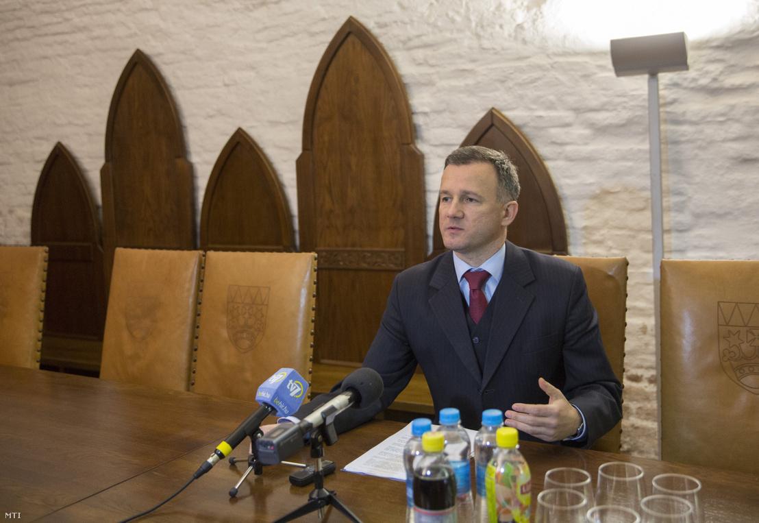 Görgényi Ernő polgármester sajtótájékoztatót tart a Nemzeti Várprogramról a gyulai várban 2017. január 11-én.