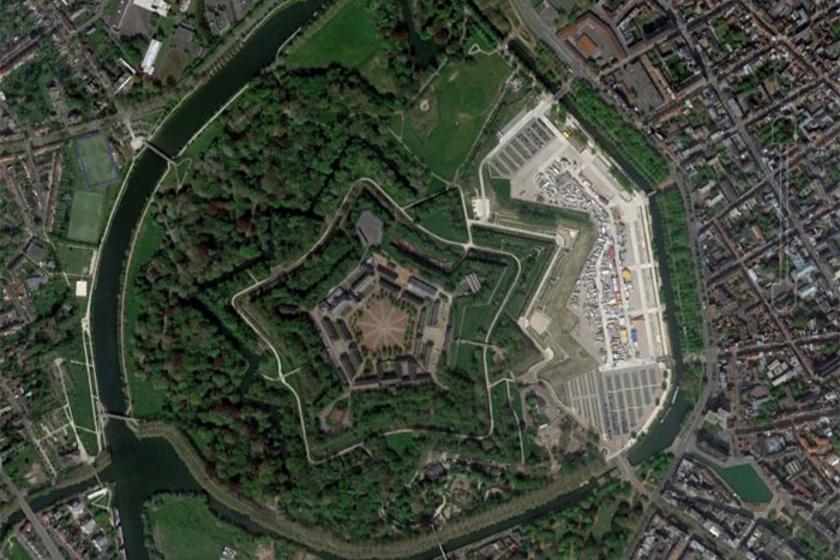 A csillag alakú forma valójában egy franciaországi erődítmény.