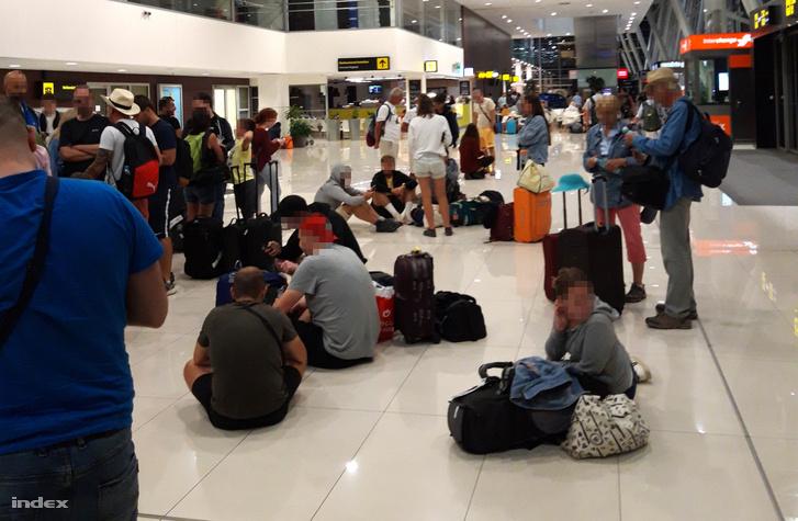 A Ryanair utasai várakoznak a pozsonyi repülőtéren. A Ryanair repülőgépe Jordánia fővárosából, Ammánból Budapestre tartó járatát a viharos időjárás miatt Pozsonyba irányították 2019. júliusában. Az utasoknak ígért busszal történő helyettesítés nem történt meg. A pozsonyi reptér információs szolgálata nem tudott arról, hogy a Ryanair buszos szállítást kért a landolás után.