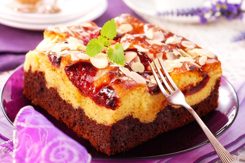 Vaníliás, kakaós kevert süti szilvával: egyszerűbb, mint a piskóta