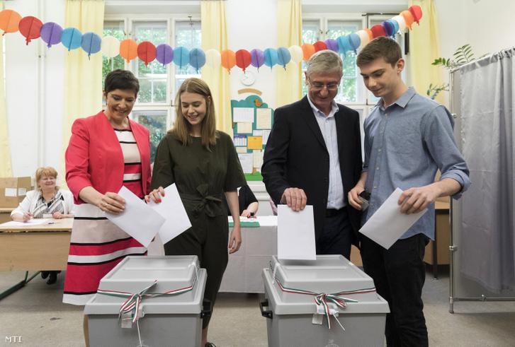 Dobrev Klára, a Demokratikus Koalíció (DK) EP-listavezetője (b) és férje, Gyurcsány Ferenc, a DK elnöke (j2) az európai parlamenti választáson, mellettük gyermekeik, Anna (b2) és Tamás (j) 2019. május 26-án.