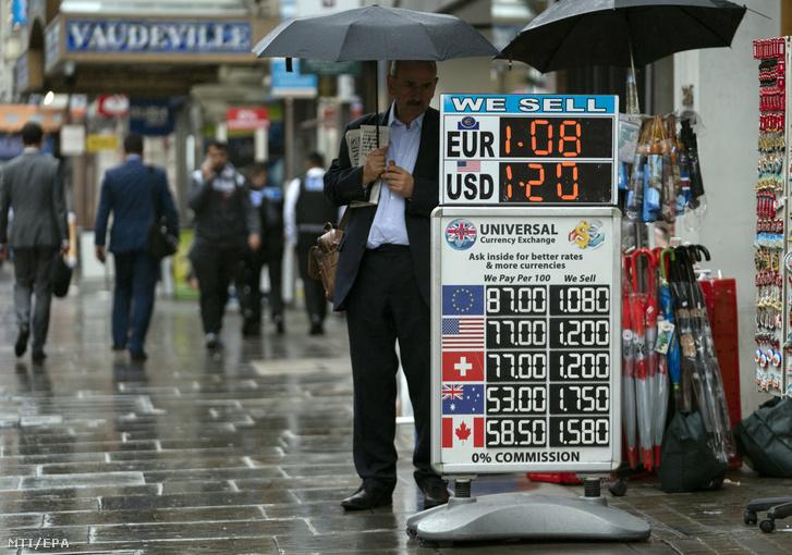 Az amerikai dollár és az euró napi árfolyamát jelző tábla egy londoni pénzváltó előtt 2019. július 30-án. A brit fizetőeszköz jelentősen veszített értékéből a dollárral és az euróval szemben elsősorban Boris Johnson kormányfő arról szóló kijelentései miatt, hogy az Egyesült Királyság európai uniós tagsága mindenképpen megszűnik a Brexit jelenleg érvényes határnapján, október 31-én, akár létrejön megállapodás az EU-val, akár nem.