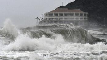 Lecsapott a Krosza trópusi vihar Japán nyugati részére