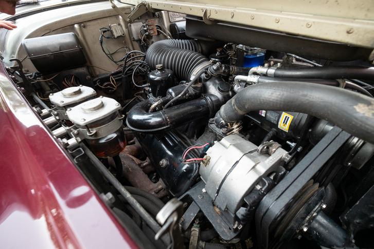 Szinte elvész a 6,2 liter V8 a hatalmas orrban