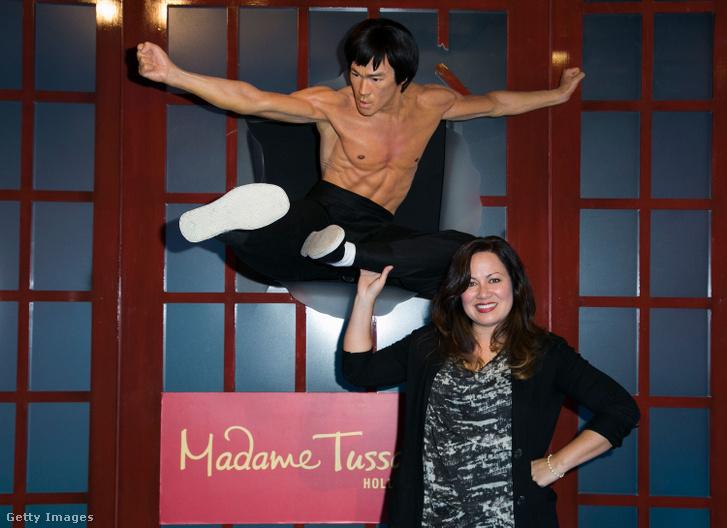 Shannon Lee Bruce Lee viaszszobrával a hollywoodi Madame Tussauds Múzeumban