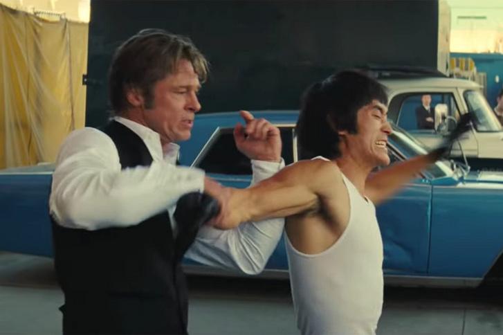 Brad Pitt és a Bruce Leet játszó Mike Moh a Volt egyszer egy... Hollywoodban