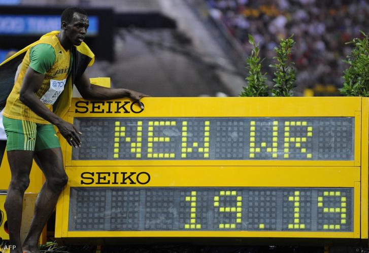 Usain Bolt a berlini világbajnokságon ünnepli az új világcsúcsot, amit 200 méteren futott 2009. augusztus 20-án